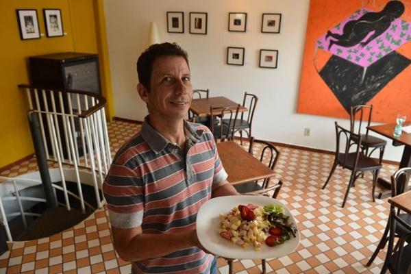 O chef Marcelo Mello serve salada de chester com frutas em seu Café Savana (Daniel Ferreira/CB/D.A Press)