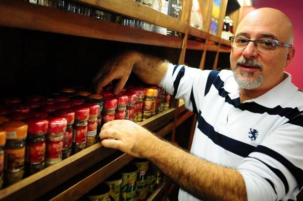 Na cozinha de Isaac Elias, do Marzuk Empório Árabe, não falta pimenta síria  (Bruno Peres/CB/D.A Press)
