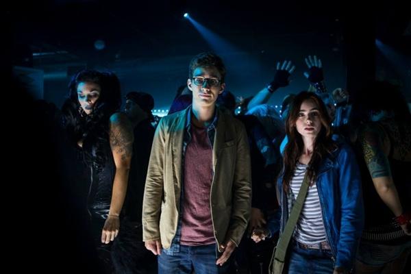 Clary (à direita) e Simon, a dupla que desvenda um mundo sobrenatural: enredo batido com nuances diferentes (Paris Filmes/Divulgação)