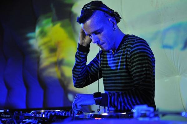 O DJ Weirdo é atração na festa (Luis Xavier de França/Esp. CB/D.A Press)