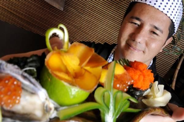 Cristiano Komiya e os pratos com caviar servidos no New Koto: sushis cheios de classe (Carlos Vieira/CB/D.A Press)