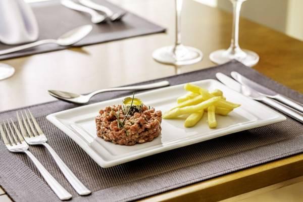 Batatas crocantes escoltam patinho com alcaparras, mostarda, cebola e Jack Daniel's no Steak Tartare (Gui Teixeira/Divulgação)