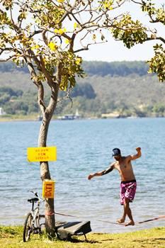 Margens do Lago Paranoá: ponto para o slackline (Carlos Vieira/CB/D.A Press)