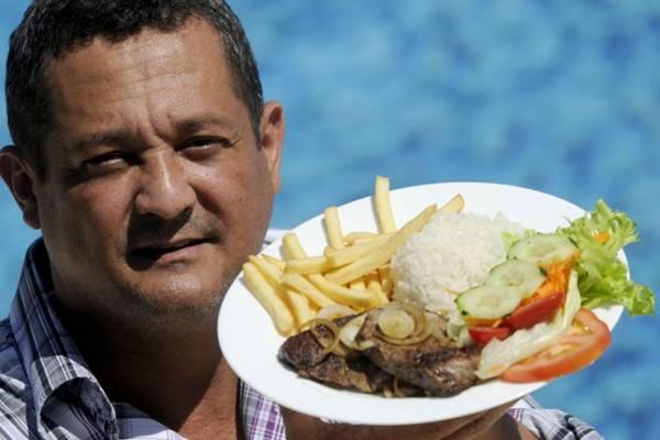 Ivan de Souza e o bife acebolado servido a não sócios do Clube do Congresso durante a semana  ( Carlos Vieira/CB/D.A Press)