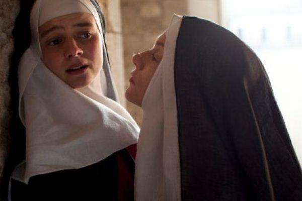 Suzanne (Pauline Etienne) sofre com humilhações das superioras, como Saint-Eutrope (Isabelle Huppert) (Imovision/Divulgação)