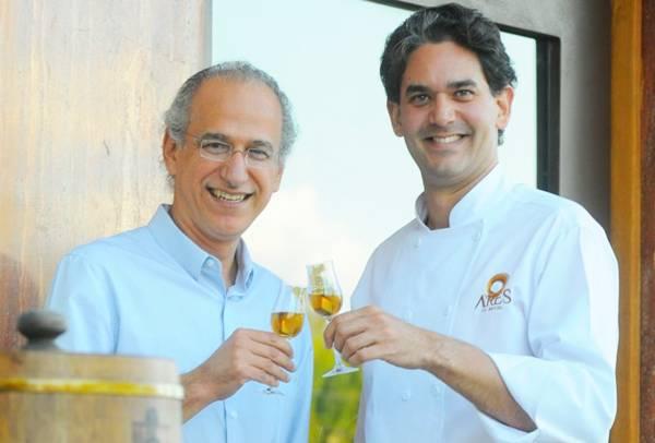 Eduardo Martins brinda com Rodrigo Cabral a estreia da caninha na gastronomia (Janine Moraes/CB/D.A Press)
