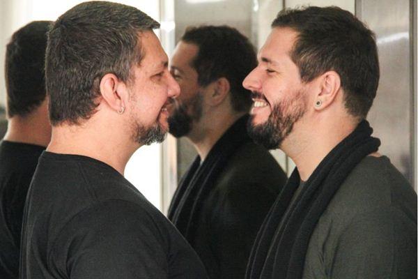 Thelmo Navarro e Marco Túlio Lima interpretam um casal em crise: peça tem foco nos sentimentos humanos  (Rômulo Juracy/Divulgação)