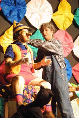 Gepeto trabalha na construção de Pinóquio: história é contada em repente e cantada ao vivo por banda de forró (Cia Néia e Nando/Divulgação)