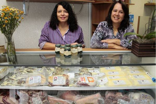 Cláudia Santos e Lila Vieira: venda de javali, rã e coelho movimenta Empório Kalamares, na Asa Norte  (Viola Junior/Esp. CB/D.A Press)