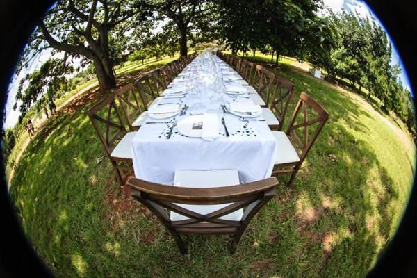 No restaurante sem paredes, a mesa é armada à sombra de árvores para possibilitar contato dos comensais com a terra  (Rafael Facundo/Divulgação)