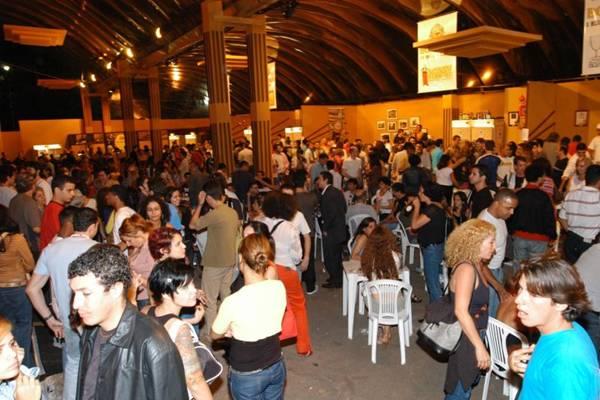 A Praça de Alimentação do Cine Brasília é o tradicional ponto de encontro de artistas e cinéfilos da cidade (Evandro Matheus/Esp. CB/D.A Press - 25/11/04)