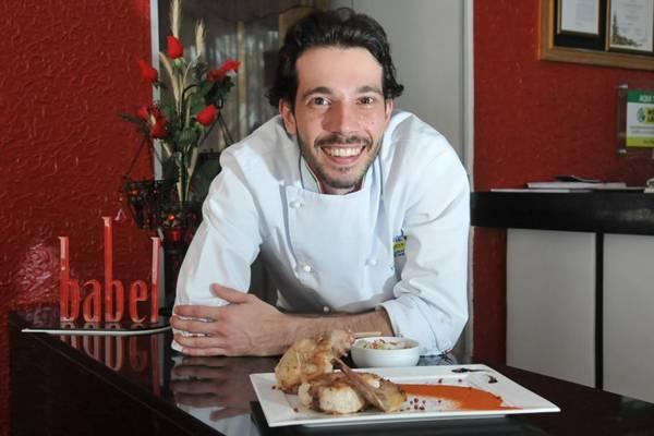 Diego Koppe, do restaurante Babel, e seu coelho assado, feito em 40 minutos   ( Marcelo Ferreira/CB/D.A Press)