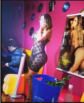 Andressa durante o lançamento da revista (Reprodução/Instagram@dessaurachoficial)