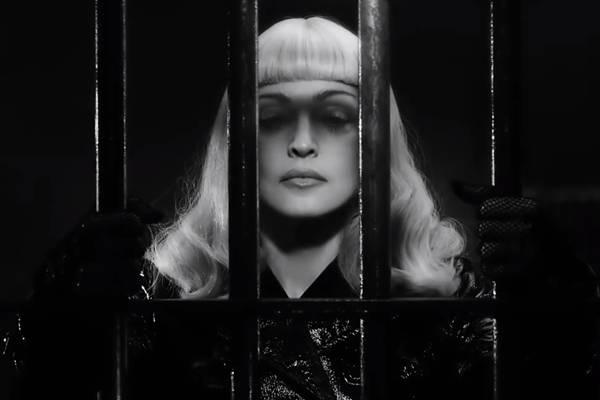 Em curta-metragem de Steven Klein, Madonna usa armas e cenas de prisões para representar a luta pelo direito à liberdade de expressão; obra será liberada para download gratuito (Reprodução/Youtube@madonna)