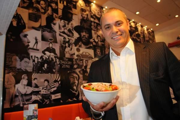Luiz Henrique Pinto e a salada que leva o nome do clássico Casablanca servida no Zacks (Bruno Peres/CB/D.A Press)