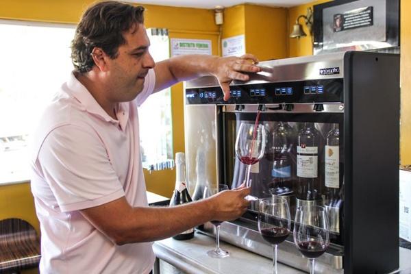 Gil Guimarães escolheu vinhos cotados no mínimo com 90 pontos para integrar a engenhoca italiana  (Rômulo Juracy/Divulgação)