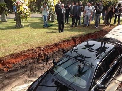 A publicidade só foi revelada durante o 'enterro' do carro do empresário (Associação Brasileira de Transplante de Órgão/Divulgação)