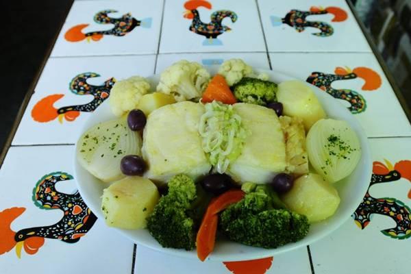 Servido no Mouraria,o bacalhau à moda da casa combina o pescado com legumes cozidos no vapor (Carlos Moura/CB/D.A Press)
