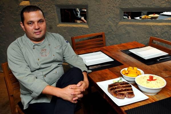 Alexsandro Panta prepara o bife ancho do El Negro em brasa a 700ºC (Bruno Peres/CB/D.A Press)
