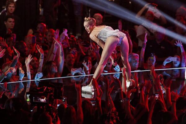 Estilo de dança que ficou famoso com Miley Cyrus é tema de festa (REUTERS/Lucas Jackson)