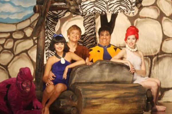 As aventuras de Betty (E), Barney, Fred e Vilma são a atração da peça baseada em desenho de sucesso (Imprensa Pátio Brasil/Divulgação)