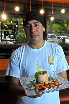 Cesar Saldama, subchef do restaurante Taypá, com o prato Salmão Novo Andino (Marcelo Ferreira/CB/D.A Press)