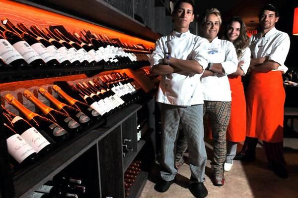 Adrian Córdoba, Mara Alcamin, Letícia Vargas,  e Simon Navarrete: com a consultoria da experiente chef brasiliense, restaurante D.O.C celebra primeiro mês de abertura (Marcelo Ferreira/CB/D.A Press)