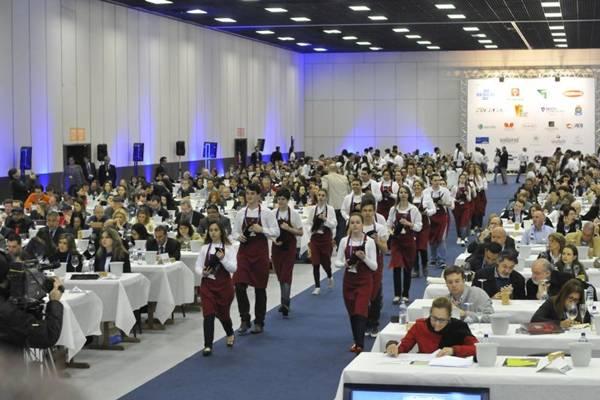 115 alunos do curso de enologia serviram as amostras de vinho da maior avaliação do mundo (Gilmar Gomes/Divulgação)