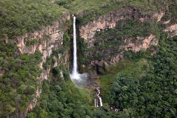 Vista aérea do Salto do Itiquira: imponente queda de 168m é o cartão de visita do ponto turístico (Secretaria de Turismo de Formosa/Divulgação)