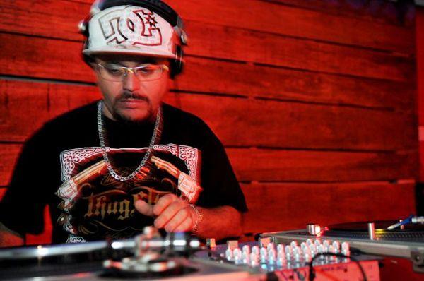O DJ Ocimar comanda as picapes durante o agito (Luis Xavier de França/ Esp.CB/ D/D.A Press)