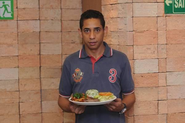 José Antonio Moreira com o prato filé verde e suco de laranja da lanchonete Cumarim (Carlos Moura/CB/D.A Press)