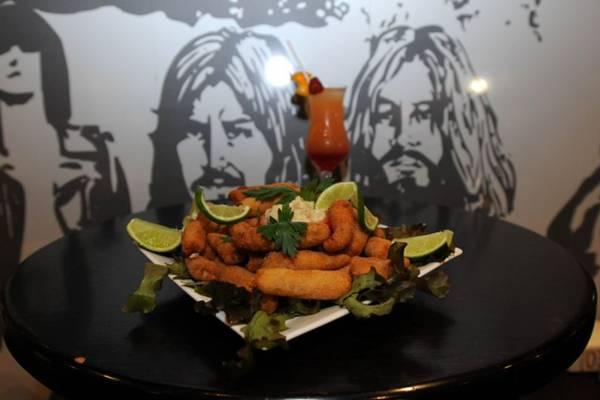 O público do Eighties Pub pode curtir música ao vivo e saborear isca frita de tilápia  (Carlos Moura/CB/D.A Press)