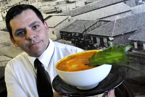 Rosemberg Araújo mostra o chiclete de camarão: petisco já conquistou um prêmio para o restaurante Cidade Livre (Carlos Vieira/CB/D.A Press)