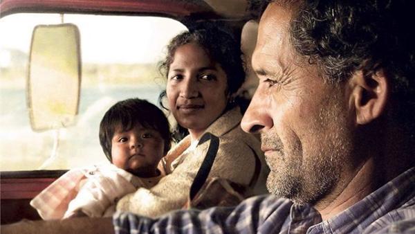 Jacinta carrega a bebê Anahí numa viagem até Buenos Aires (Vitrine Filmes/Divulgação)