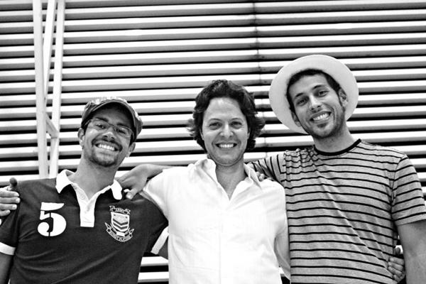 O grupo é integrado por Caio Mourão (guitarra), Gabriel Preusse (contrabaixo acústico) e Pedrinho Augusto (bateria e percussão) (Carolina Thomás/Divulgação)