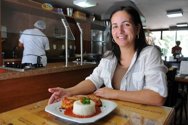 Gabriela Rosa, esposa de Monardo, apresenta um dos pratos da casa: costumes italianos preservados (Bruno Peres/CB/D.A Press)