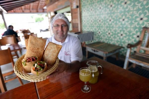 Maeliton Gadelha, gerente de produção da Viçosa, ensina os segredos do pastel mais famoso da capital (Gustavo Moreno/CB/D.A Press)