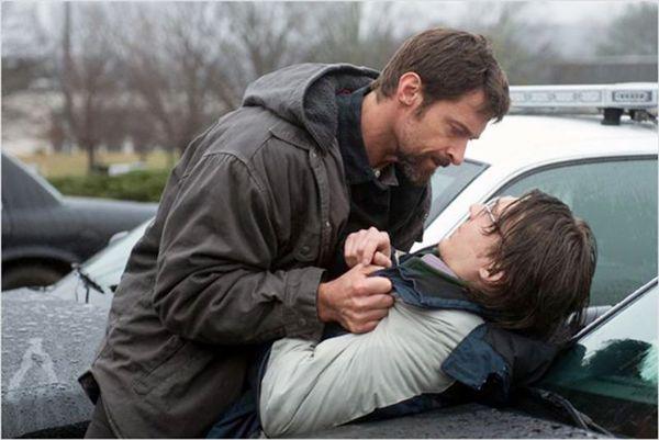 Hugh Jackman (E) e Paul Dano dão show de interpretação como Keller e Alex (Paris Filmes/Divulgação)