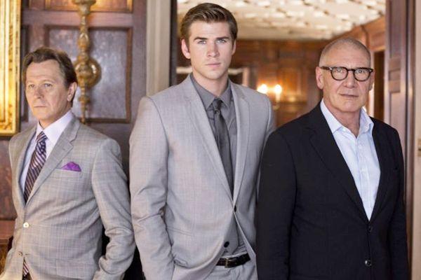 Wyatt (Gary Oldman), Cassidy (Liam Hemsworth) e Hoddard (Harrison Ford) movem a complexa trama de espionagem industrial (Peter Iovino/Paranoia Acquisitions LLC)