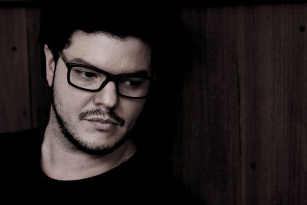 O músico Rogério Midlej toma conta da música durante a noite (Marli Arboleia/Divulgação)