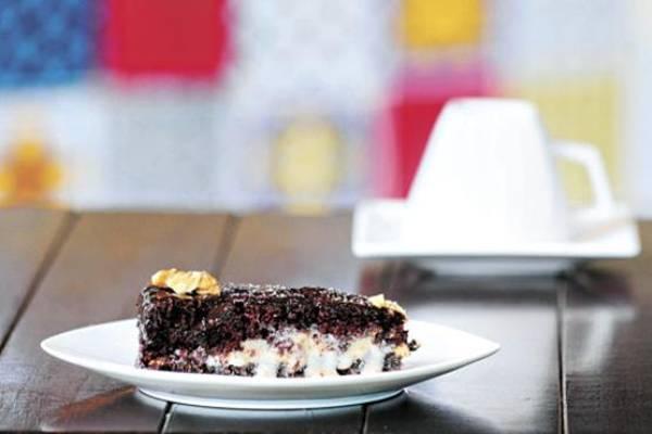 O bolo de chocolate com leite de amêndoas é uma das sobremesas mais pedidas no Café Corbucci, especializado em alimentação vegana (Carlos Moura/CB/DA Press)