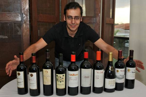 Marcio Moualla, da Terra Matter, importa exclusiva-mente vinhos do Novo Mundo (Breno Fortes/CB/D.A Press)