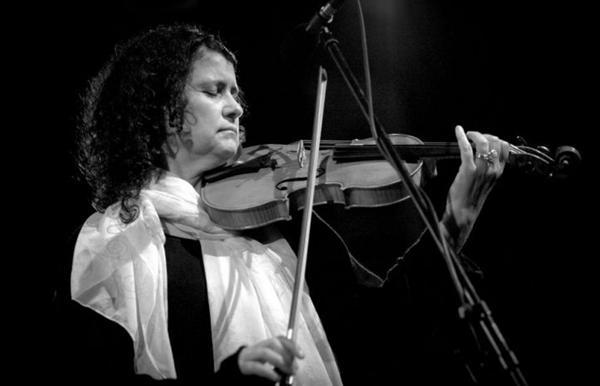 A violinista tcheca Iva Bittová tocará músicas de seu país e do Brasil na apresentação (Barka Fabianová/Divulgação)