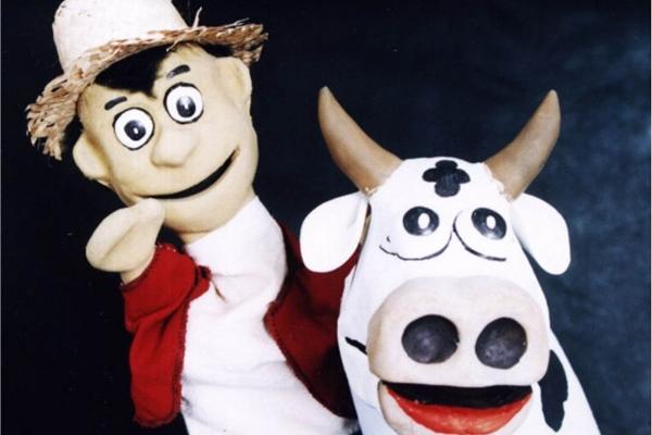 Os bonecos de João e da vaca trocada por feijões mágicos: todos os fantoches são controlados pelo diretor Marco Augusto (Toni Guedes/Divulgação)