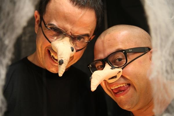 Os apresentadores do Jogo de Cena interagem com o público seguindo o tema Halloween (Adla Marques/Divulgação)