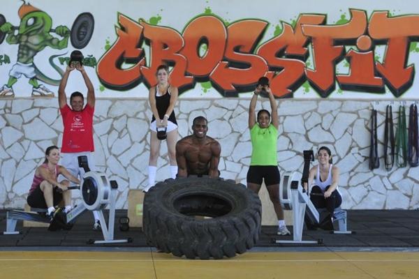 Prática de crossfit no Park Way: atividade envolve levantamentos de peso e remo (Ed Alves/CB/D.A Press)