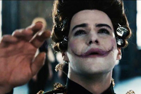 Gwynplaine (Marc-André Grondin): seu sorriso-cicatriz lhe rende fama após criar uma peça (Europa Filmes/Divulgação)