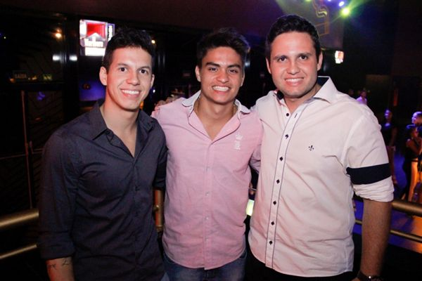Os primos Thiago, Daniel e Marcelo Paraiso curtiram a noite no local (Rômulo Juracy/Divulgação)