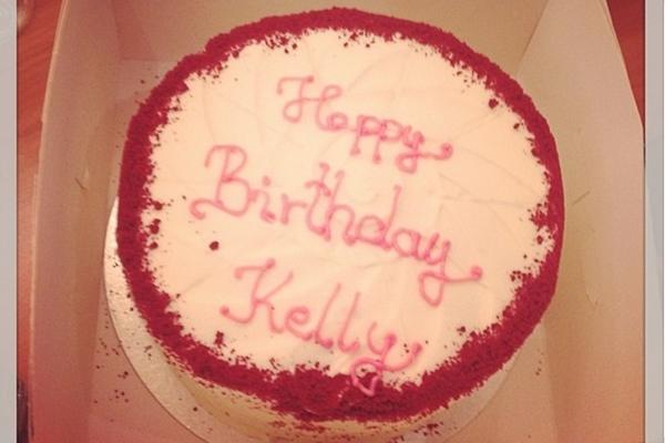 Kelly publicou uma foto no Instagram do bolo enviado por por Lady Gaga (kellyosbourne's/Instagram/Reprodução)
