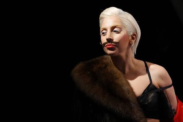 Recentemente Gaga apareceu em Berlim de bigode e lingerie para divulgar o álbum (Tobias Schwarz/Reuters )